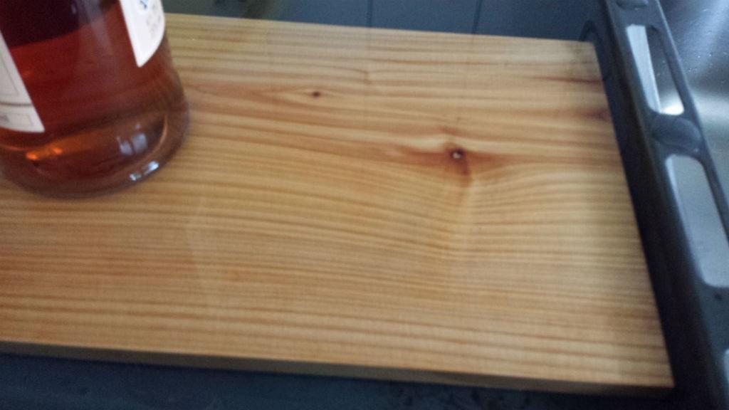 Zedernholz-Planke im Wasser
