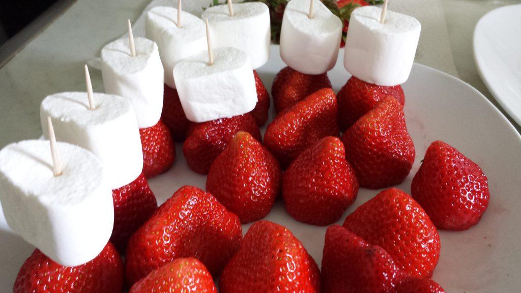 Marshmallow-Erdbeeren in Vorbereitung
