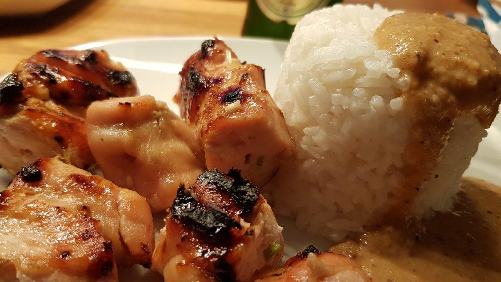 Hähnchen Satay mit Kokosnuss-Reis und Erdnuss-Sauce