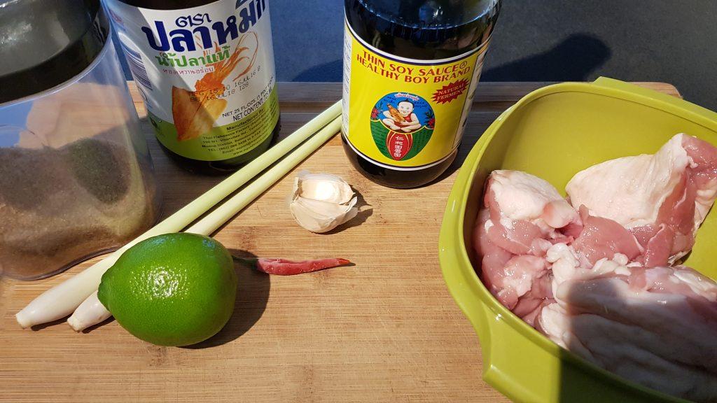 Teile der Zutaten für Hähnchen Satay