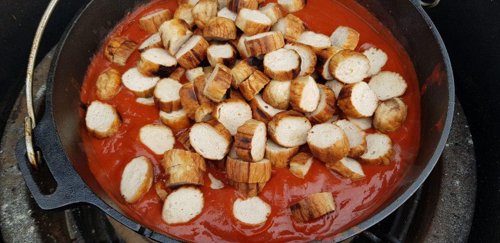 Currywurst im Topf